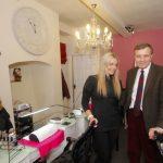 David Jones MP visiting a  Rhuthun salon / David Jones AS yn ymweld â salon yn Rhuthun